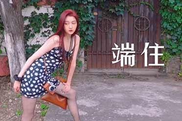 关晓彤吊带裙黑丝街头玩嗨了!黑丝破洞彰显独特女人味