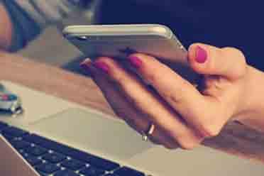 女大学生修手机后被维修员工威胁 多次收到自己果照