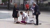 美女晕倒和做人工呼吸的医生激吻 路人看傻眼