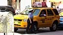 大力女交警徒手抬起违章停车的出租车