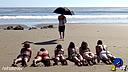 【笑吧】屌丝给沙滩比基尼美女撑遮阳伞,欠扁!