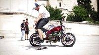 狂拽酷炫!法国美女炫摩托车技巧