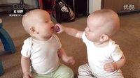 互抢奶嘴的双胞胎萌娃