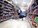 二货超市上演苦肉计 摔跤演技大考验